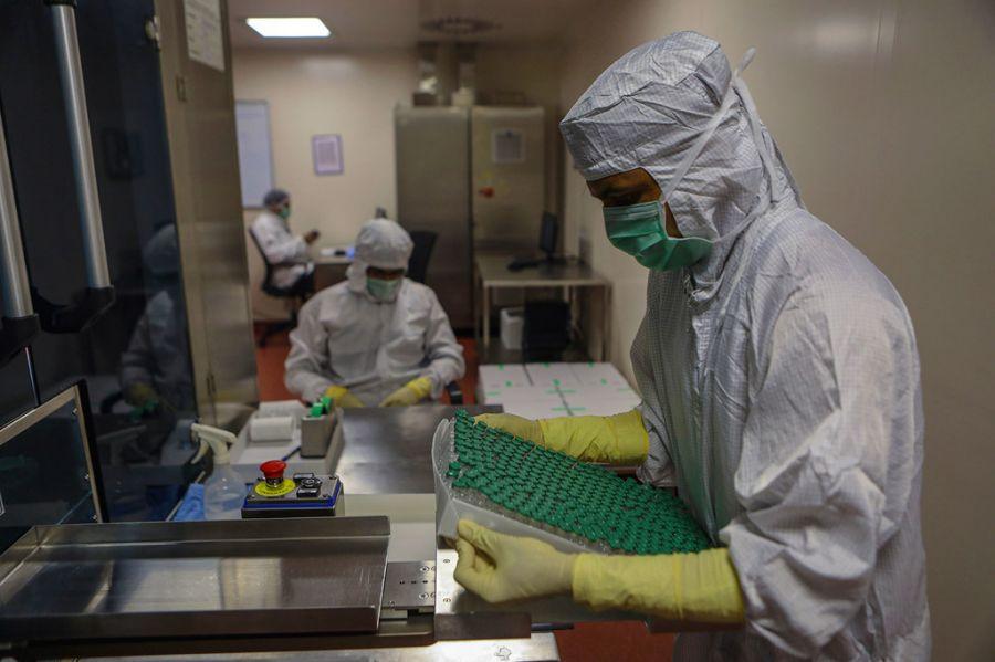 Covid-19 : lien « plausible » entre le vaccin AstraZeneca et des caillots sanguins rares, selon un comité de l'OMS