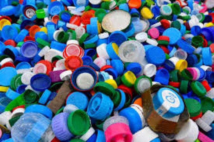 Recyclage: Des chercheurs mettent au point un plastique entièrement réutilisable