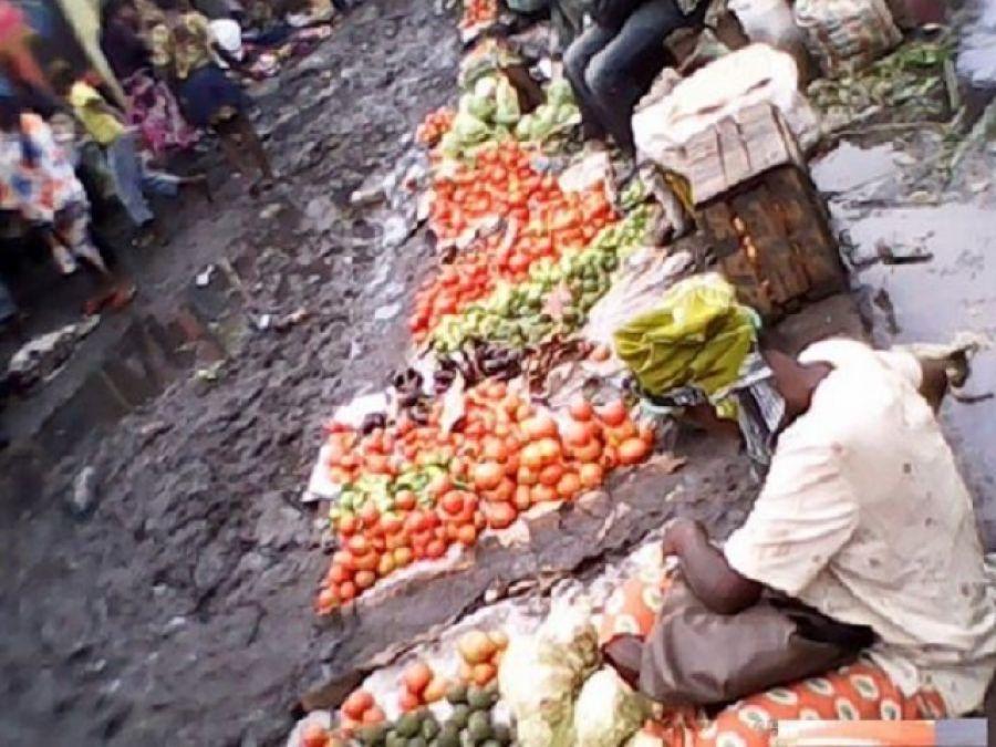 Kinshasa - Marché Gambela : marchandises et immondices en parfaite cohabitation